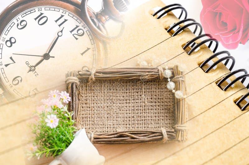 Horloge et journal intime de vintage avec le cadre de photo de sac photographie stock libre de droits