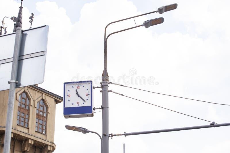 Horloge et lampe de rue images stock