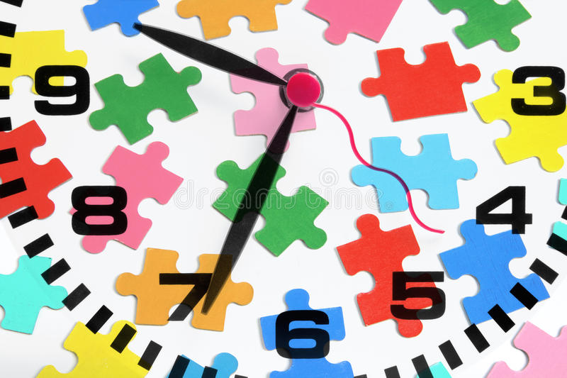 Horloge et puzzle denteux image stock