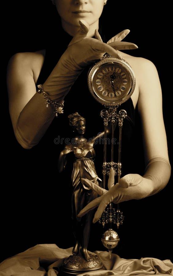 Horloge et une fille image stock