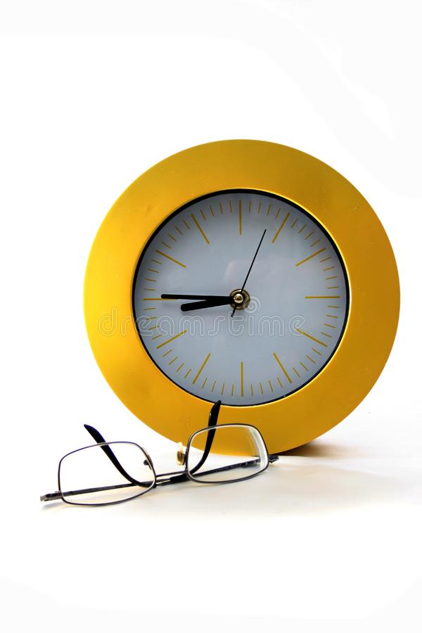 Horloge et verres photo stock
