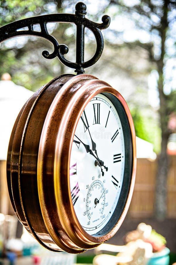 Horloge extérieure de cuivre en bronze photos stock