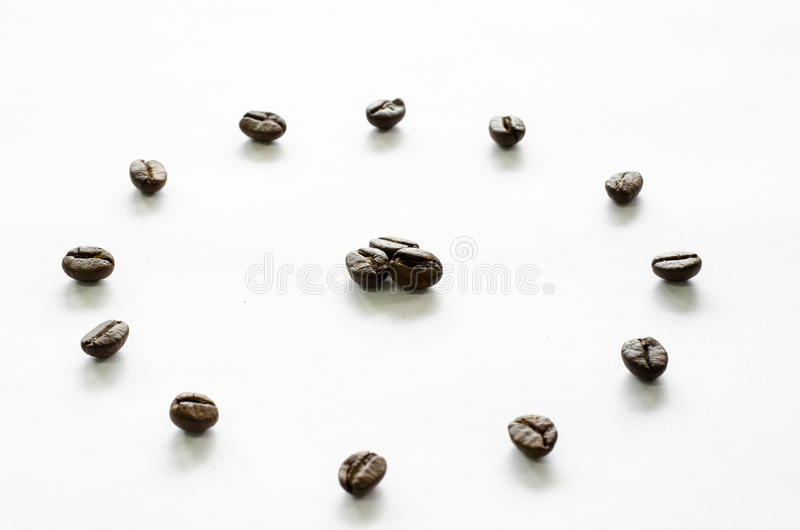 Horloge faite à partir des grains de café sur le fond blanc, café d'amour image stock