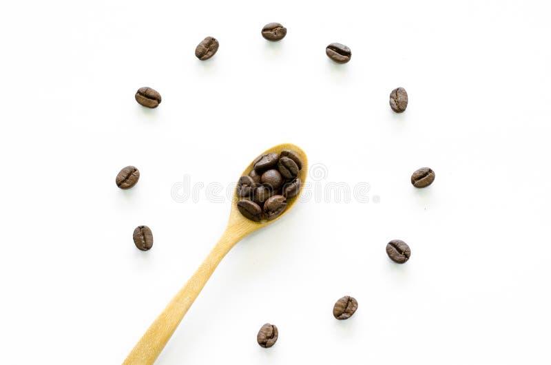 Horloge faite à partir des grains de café sur le fond blanc, café d'amour photos libres de droits