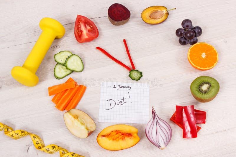 Horloge faite de fruits et légumes montrant à période de 23 heures 55 minutes, haltère et centimètre, concept de résolutions de n images stock