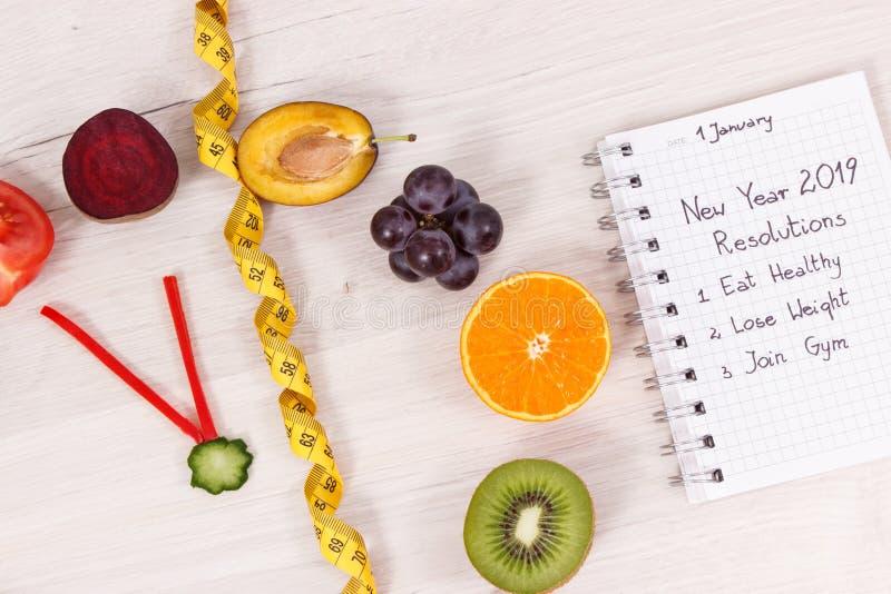 Horloge faite en fruits et légumes et centimètre, résolutions de nouvelle année des modes de vie sains photo libre de droits