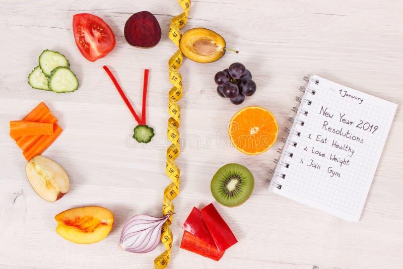 Horloge faite en fruits et légumes et centimètre, résolutions de nouvelle année des modes de vie sains images stock