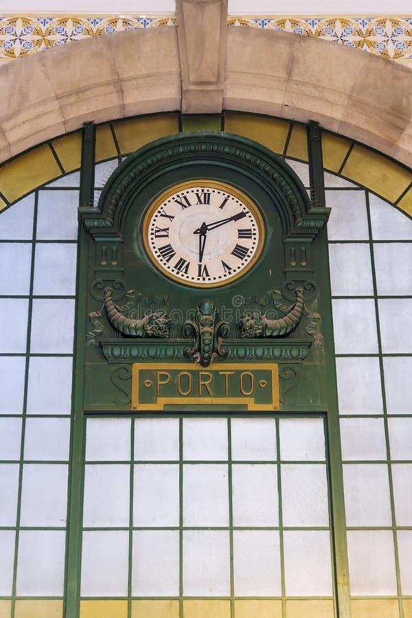 Horloge historique à la gare ferroviaire à Porto, Portugal photo libre de droits