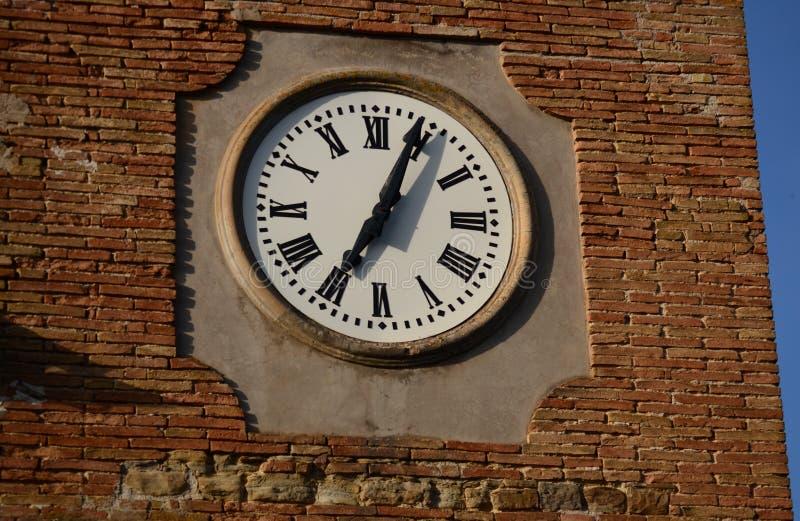 Horloge historique de tour avec les chiffres romains photos stock