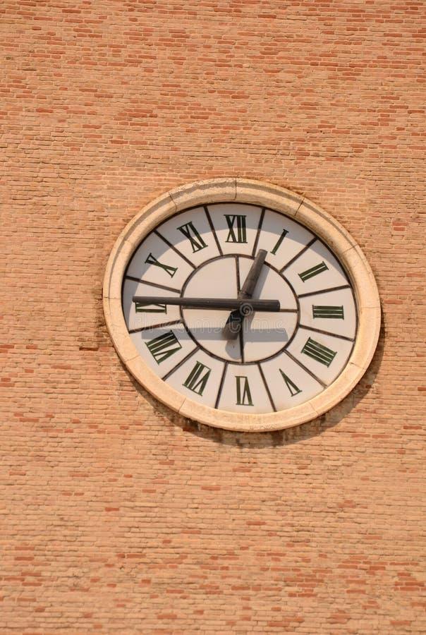 Horloge historique ronde de tour avec les chiffres romains images libres de droits