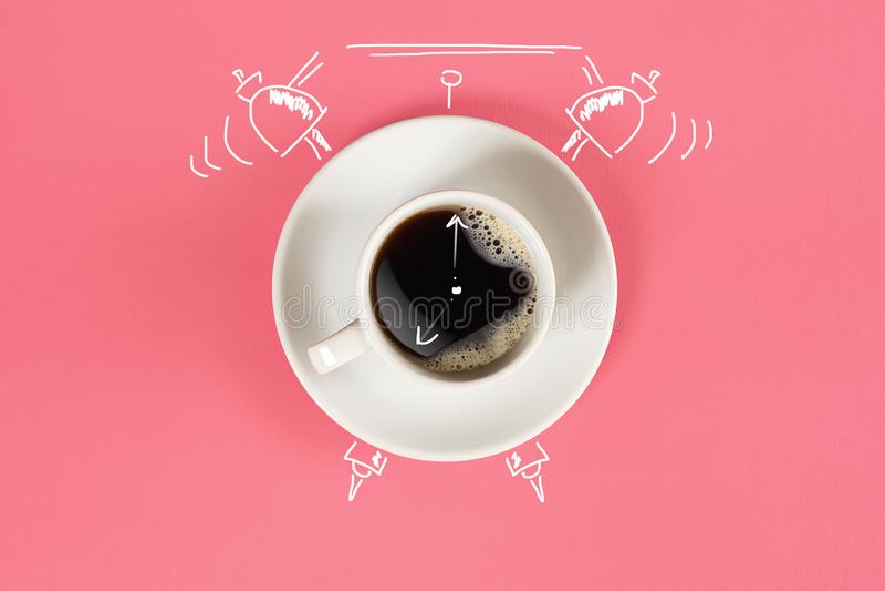 Horloge La tasse d'expresso frais avec l'horloge se connectent le fond rose photographie stock libre de droits