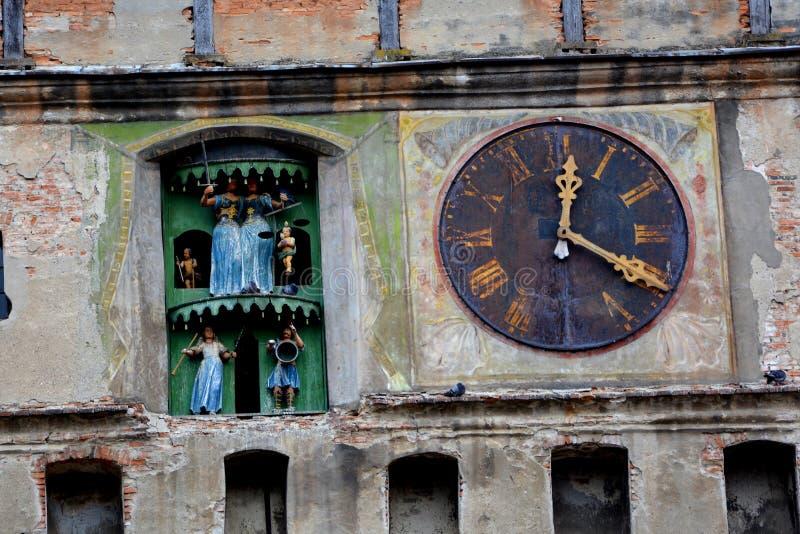 Horloge médiévale dans la tour Paysage dans la ville médiévale Sighisoara images stock