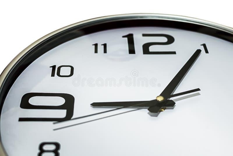 Horloge montrant 5 9 passés, tard pour le travail image stock