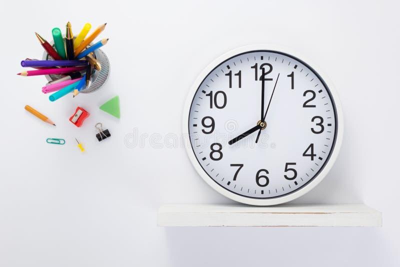 Horloge murale aux accessoires en bois d'étagère et d'école image libre de droits