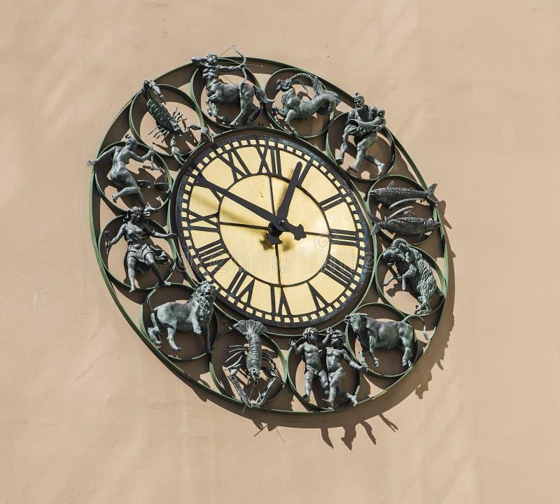 Horloge murale avec des signes de zodiaque de figurines photographie stock libre de droits