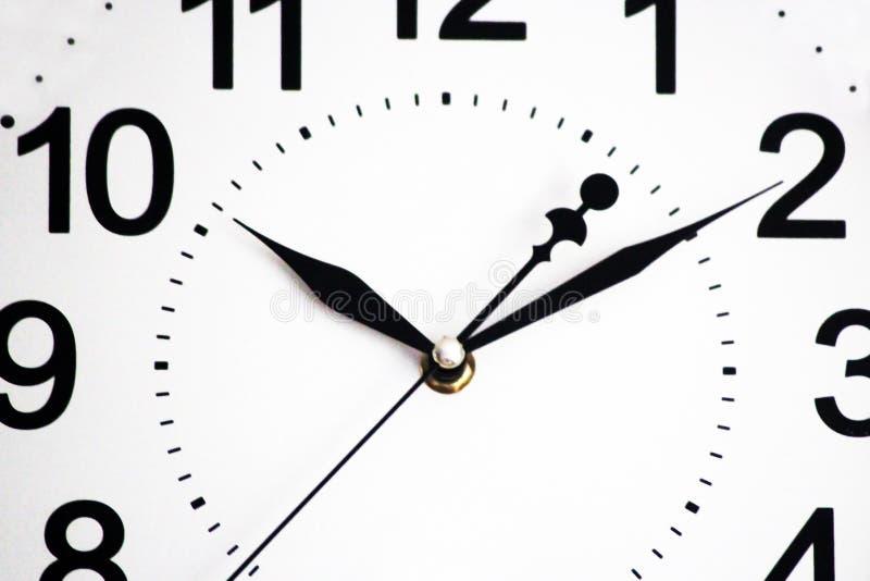 Horloge murale blanche avec les flèches noires photos stock