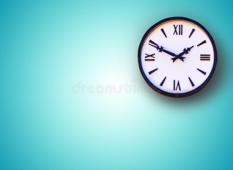 Horloge murale blanche sur le fond bleu photo stock