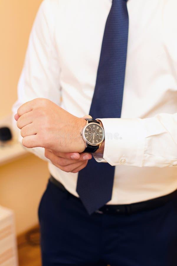 Horloge op een hand bij de man royalty-vrije stock afbeelding