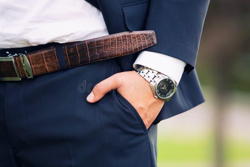 Horloge op een hand bij de man stock afbeelding