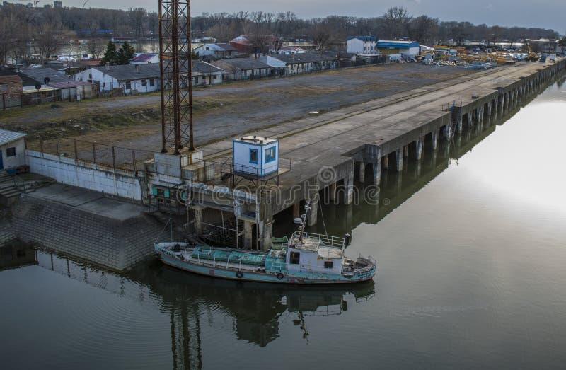 Horloge over de schipfabriek van ada brug royalty-vrije stock afbeelding
