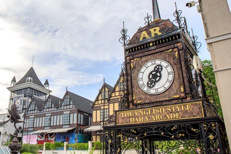 Horloge romaine de vintage au centre commercial de Pickadaily Bangkok dans le style anglais ou de l'Europe, le centre commercial  photographie stock libre de droits