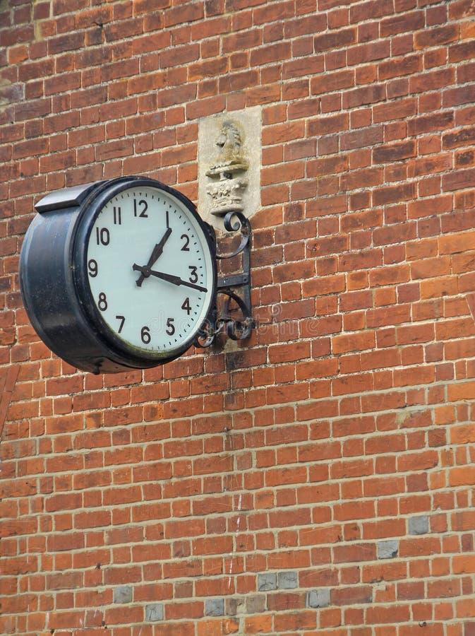 Horloge ronde de vieux village photos stock