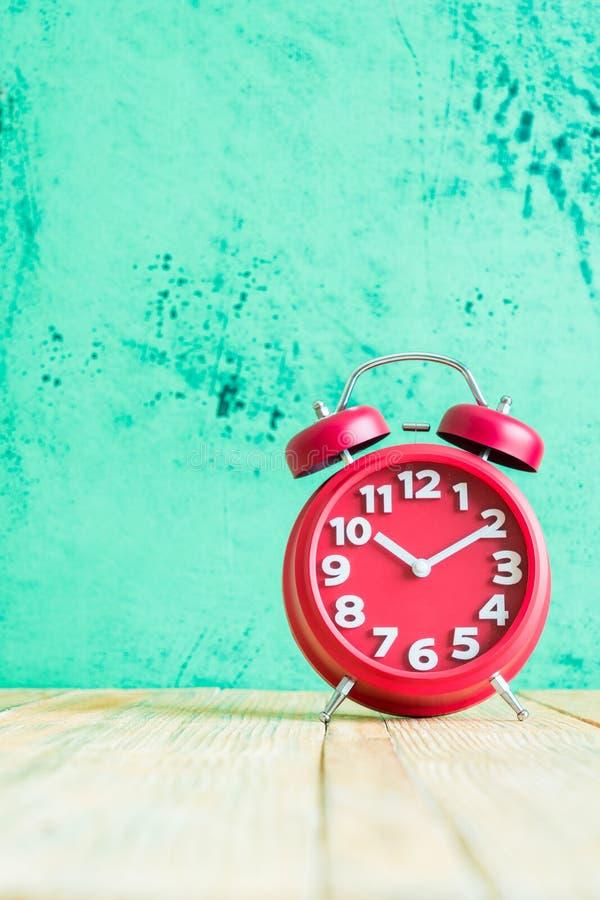 Horloge rouge sur le vieux fond en bois image libre de droits