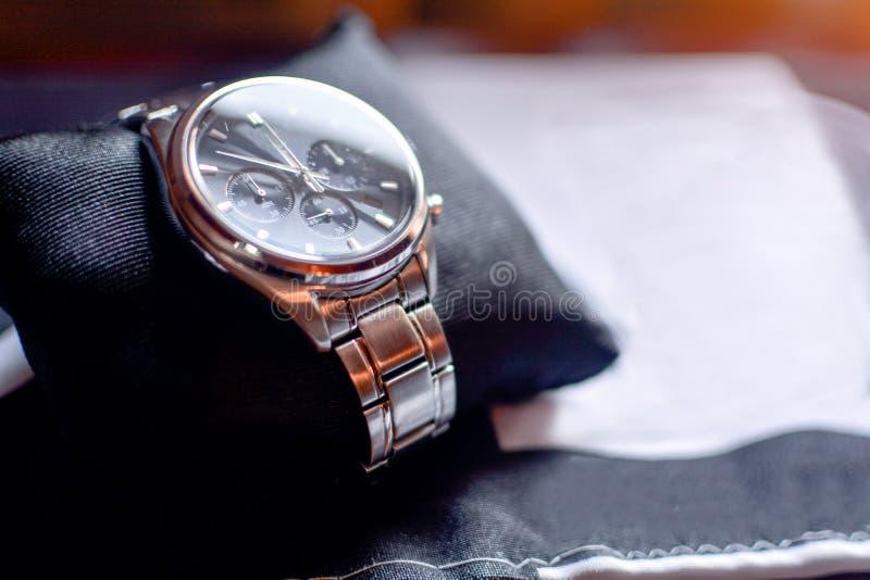 Horloge sur l'oreiller photo libre de droits