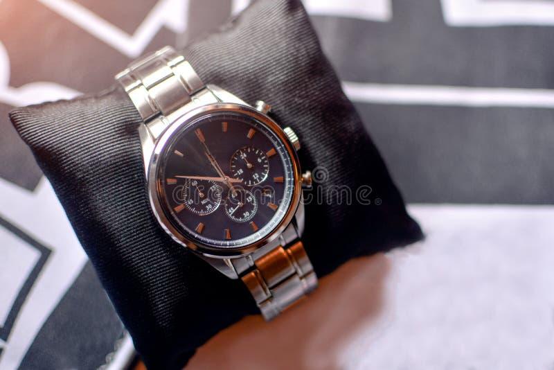Horloge sur l'oreiller image stock