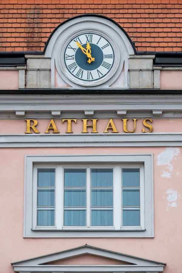 Horloge sur la façade photo stock