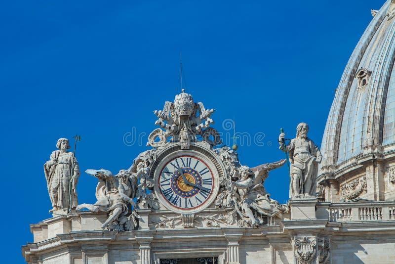 Horloge sur la façade de la basilique de St Peter images stock