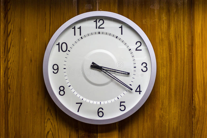 Horloge sur le mur image stock