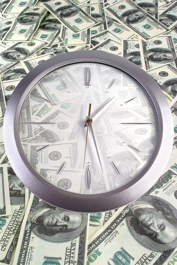 Horloge sur les 100 billets de banque du dollar photographie stock libre de droits