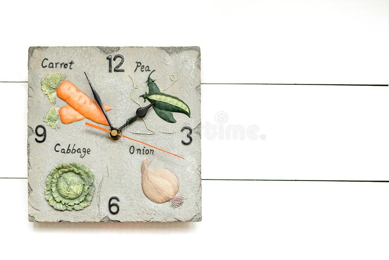 Horloge végétarienne pour le régime végétal, heure d'avoir le breackfast, fond d'horloge, concept d'horloge photo stock