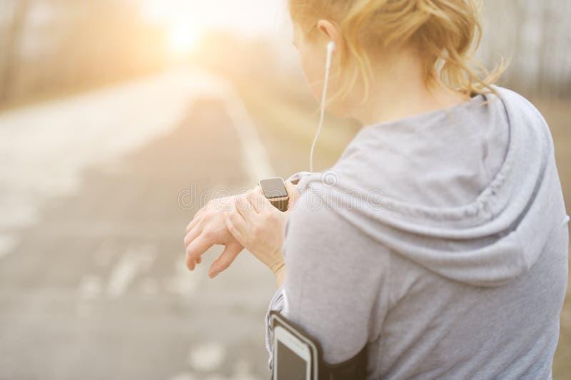 Horloge voor sporten met smartwatch Het aanstoten van opleiding voor marathon royalty-vrije stock afbeeldingen