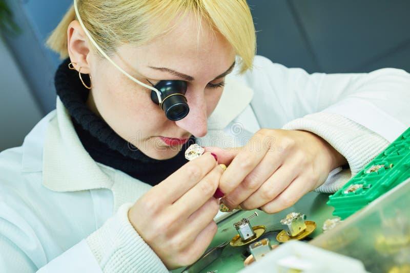 Horlogeproductie of klokreparatie stock afbeeldingen