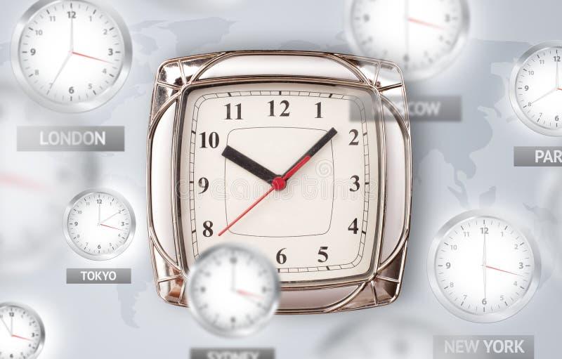 Horloges et fuseaux horaires au-dessus du concept du monde photos stock
