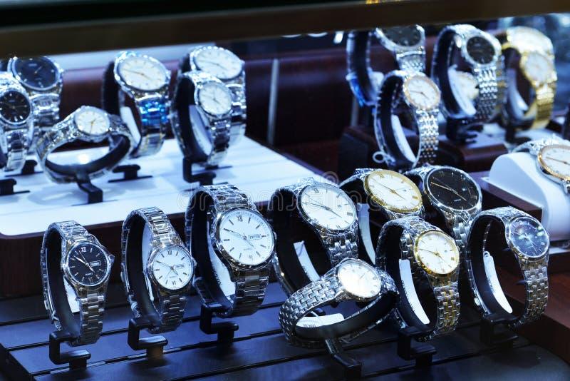 Horloges in winkelvenster stock afbeelding