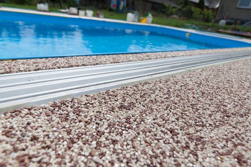 Hormigón coloreado alrededor de la piscina fotografía de archivo