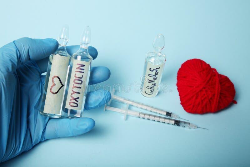Hormona molecular del amor Oxitocina sexual de la qu?mica Amor y coraz?n imagenes de archivo