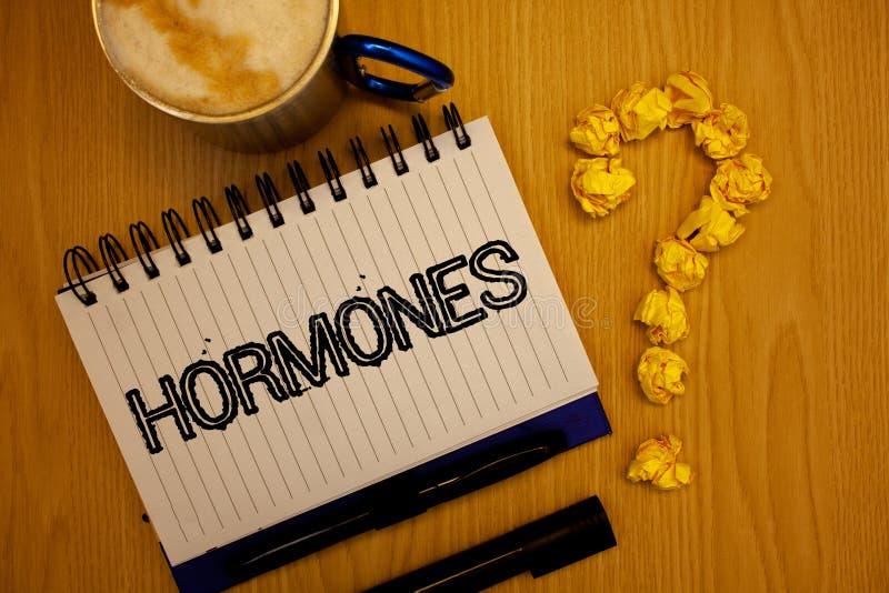 Hormonas do texto da escrita O conceito que significa a substância reguladora produziu em um organismo para estimular o caderno c fotografia de stock