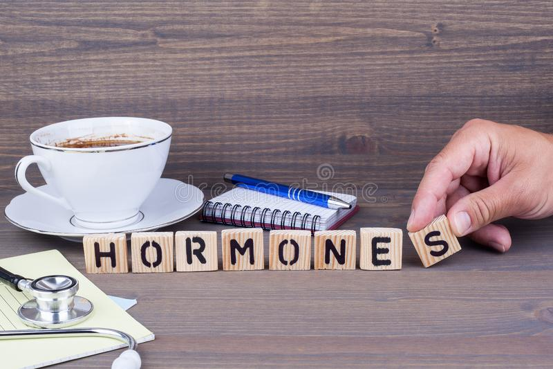 hormones Letras de madeira no fundo escuro fotografia de stock royalty free