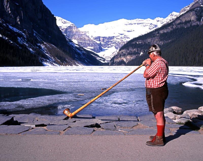 Horn- blåsare på Lake Louise royaltyfria foton