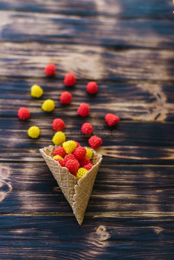 Horn con i dolci su un fondo di legno immagine stock