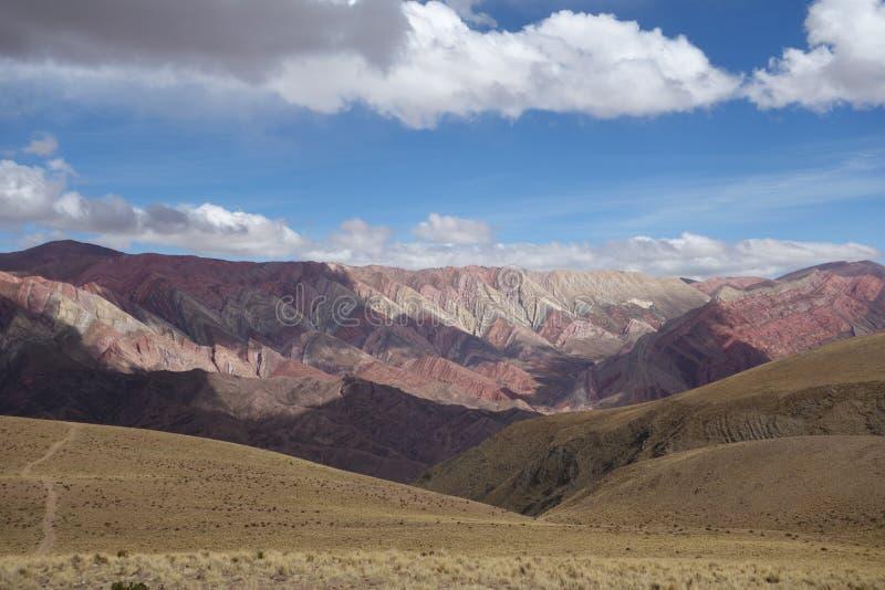 Hornacal - montaña de 14 colores foto de archivo