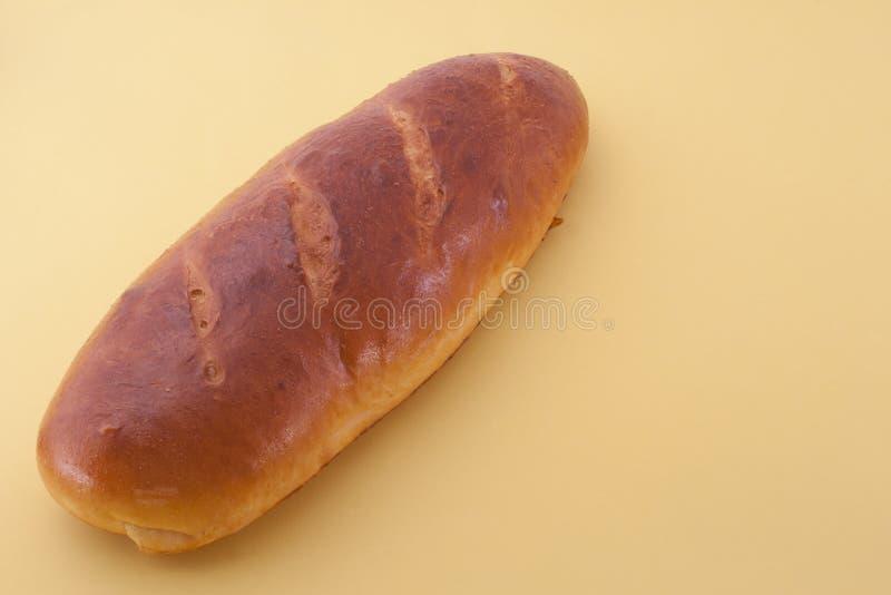Hornada casera, pan hecho en casa en el fondo amarillo fotografía de archivo