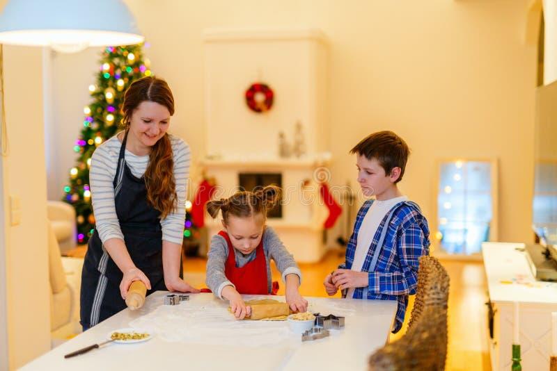 Hornada de la familia el Nochebuena fotografía de archivo libre de regalías