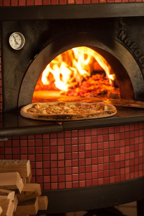 Hornada de la pizza fotografía de archivo libre de regalías
