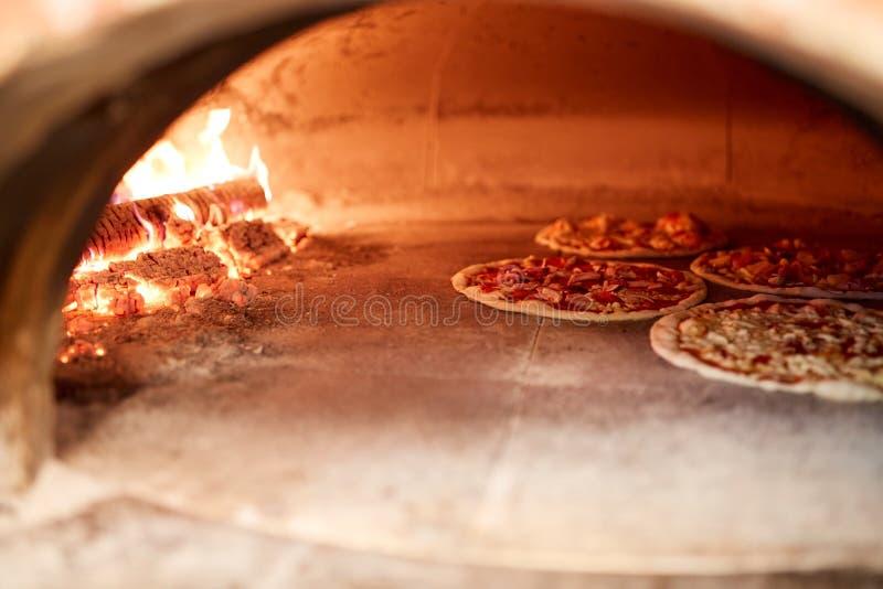 Hornada de la pizza en horno en la pizzería fotos de archivo