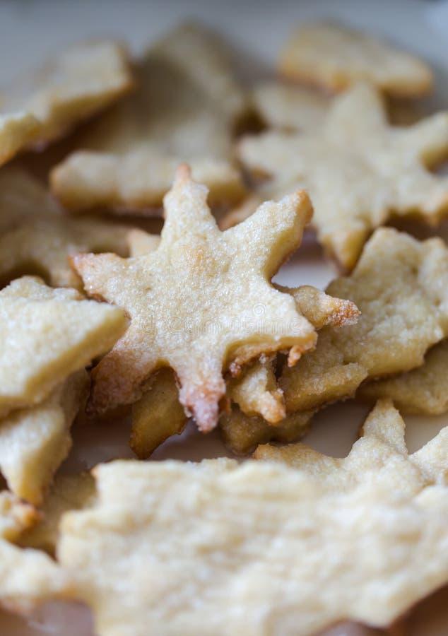 Hornada de Navidad, galletas curruscantes crujientes en formas de la Navidad, estrella, C foto de archivo libre de regalías